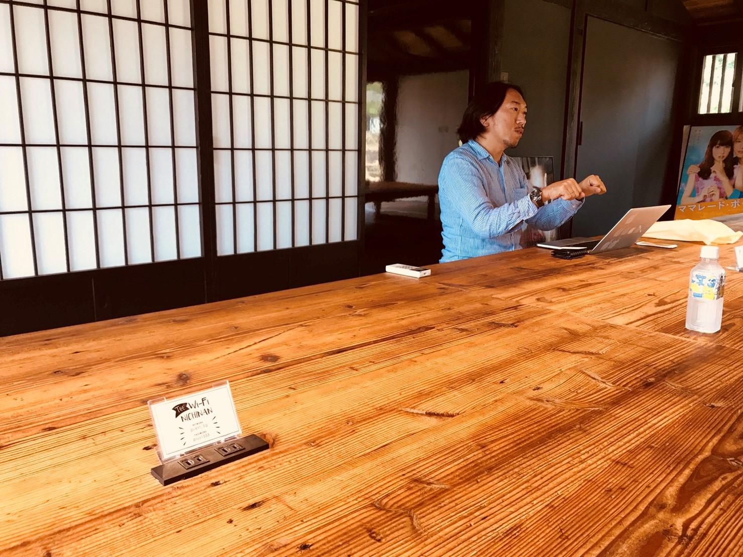 床板を再利用して作ったというテーブル